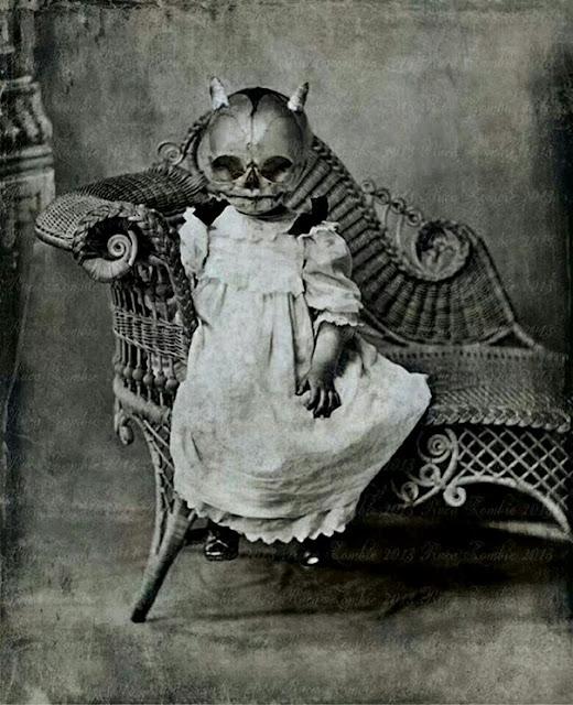仮装の参考になる?昔のハロウィンの不気味すぎる仮装。8選 ガイコツ
