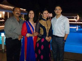 Foto Divyanka Tripathi dengan keluarganya