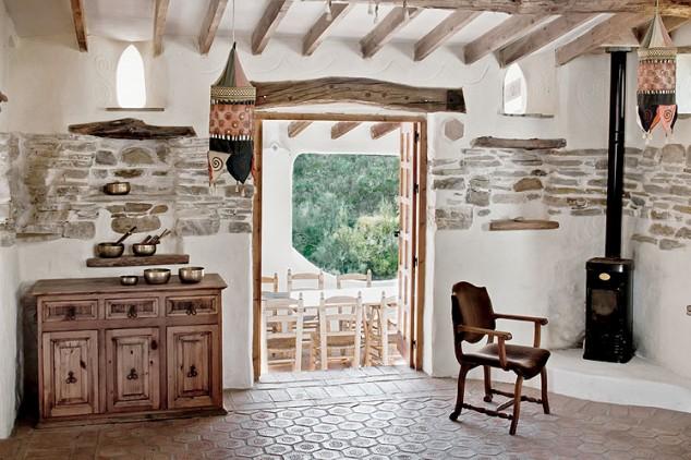 Places al sur una fortaleza con paredes blancas y for Decoracion casa estilo andaluz