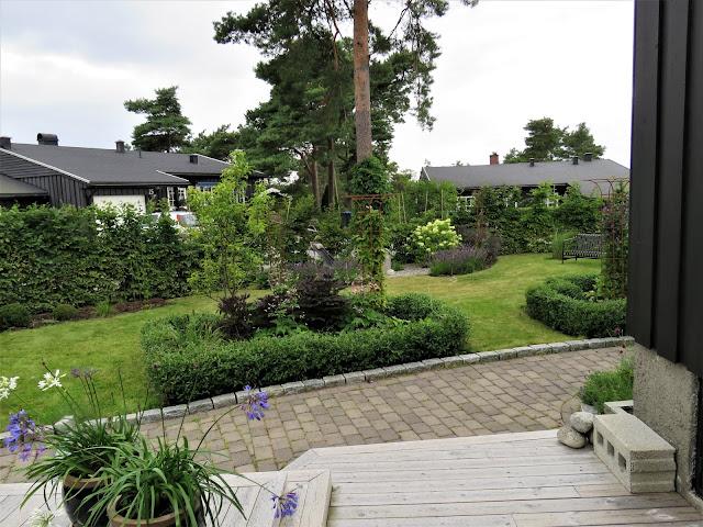 Rektangulært bed gjennom fire årstider - Rektangulært bed sett fra overbygget veranda.