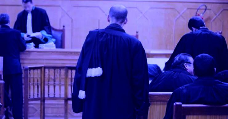 """""""مسخوط"""" يبصق على قاض وسط الجلسة"""
