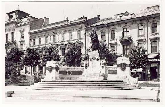 Чернівці. Центральна площа. Пам'ятник «Возз'єднання» (Unirii)