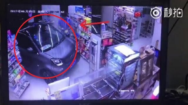 Pria Ini 'Parkir Eksklusif' Mobilnya Pas di Toko, Tak Disangka Cuma Karena Benda Sepele Ini ! Netizen : 'Dasar Gila, Sombong '!!