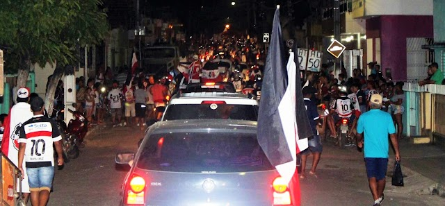 Massa tricolor faz festa em Limoeiro em comemoração aos dois títulos conquistado pela Santa Cruz em 2016