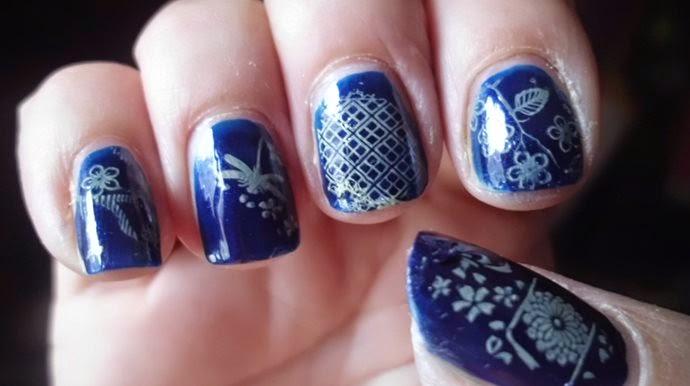 manicura azul estampada