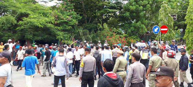 Gerakan Elemen Masyarakat Penegak Konstitusi (GEMPK) Kota Tual, mendesak Polres Maluku Tenggara (Malra) agar segera mengusut dugaan pemalsuan Ijazah Palsu yang dimiliki  Plt Walikota Tual, Abdul Hamid Rahayaan.