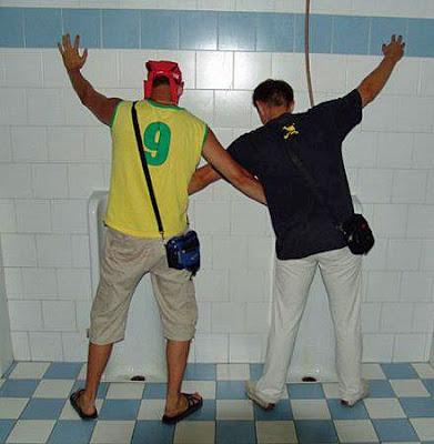 Lustige Bilder - zwei Männer auf dem Klo Hilfsbereitschaft