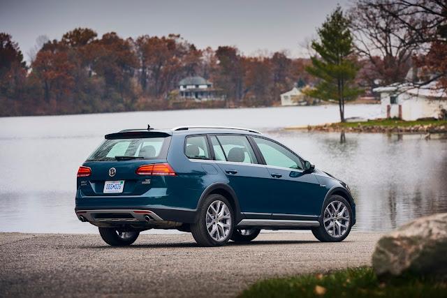Rear 3/4 view of 2018 Volkswagen Golf Alltrack