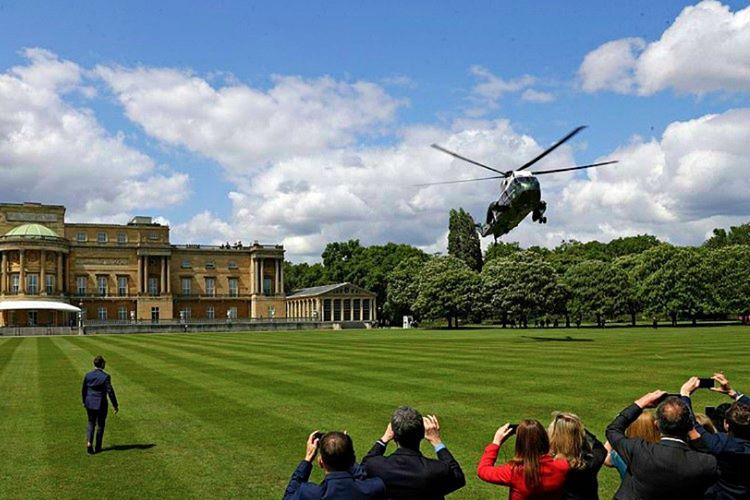 Buckingham Sarayı'nın helikopter pisti, Londra'daki en eski pislerden biridir ve yapay çimlerle kaplıdır.