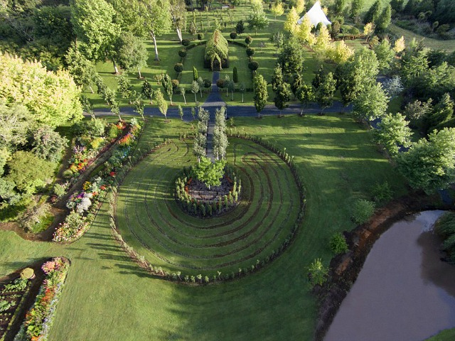 Bonita iglesia y jardín