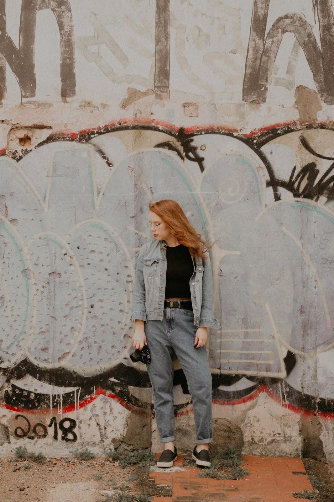 Parece que sempre estou com a mesma mom jeans nos posts do blog, mas juro que tenho duas.Já deu pra perceber que essa mom jeans é o dobro do meu tamanho né? Até é difícil de usar como não se encaixa tão bem, vou ter que fazer uns ajustes nela para ficar legal e não parecer um saco. A outra que tenho é mais clara e fica soltinha, mas da maneira que eu queria. mad souls blog