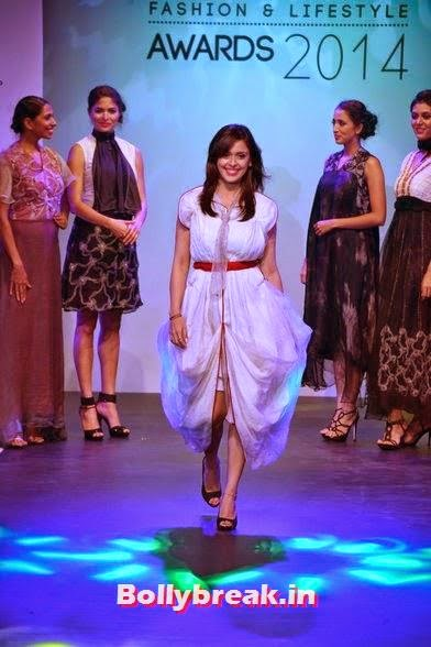 , Hrishita Bhatt walks for 'Tassel Awards 2014'