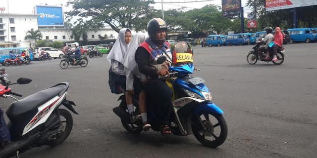 Salut, Para Sopir Angkot Mogok, Relawan ini Sigap Angkut Penumpang Terlantar