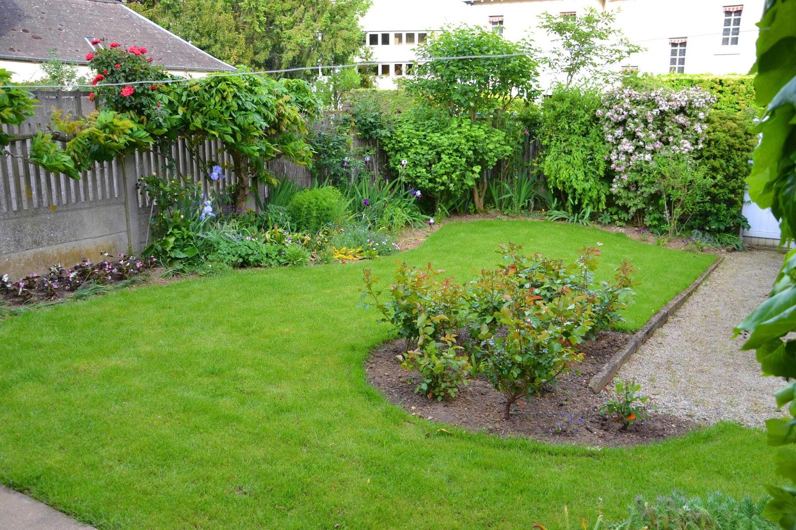 lesjardinsdaurelien petit jardin de ville massifs rosiers et gazon. Black Bedroom Furniture Sets. Home Design Ideas