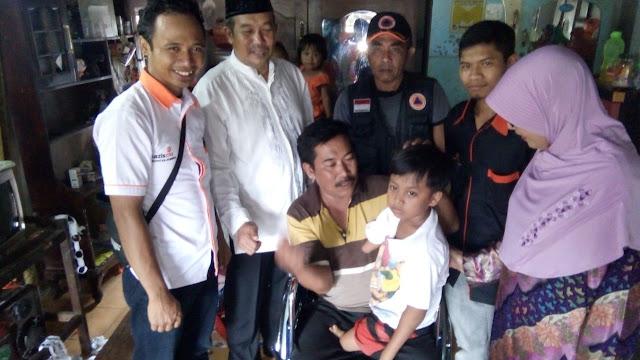 Ananda Raffa bersama ayahnya Sobir dan relawan kemanusiaan sinergi Lazismu Jember
