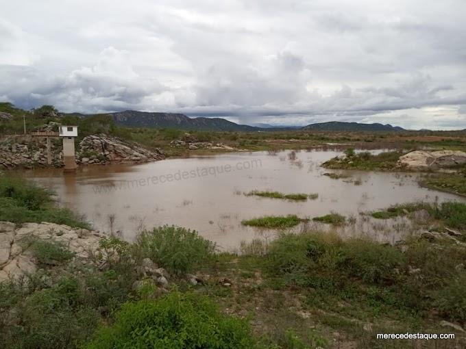 Açude de Poço Fundo aumenta nível de água após chuvas do final de semana