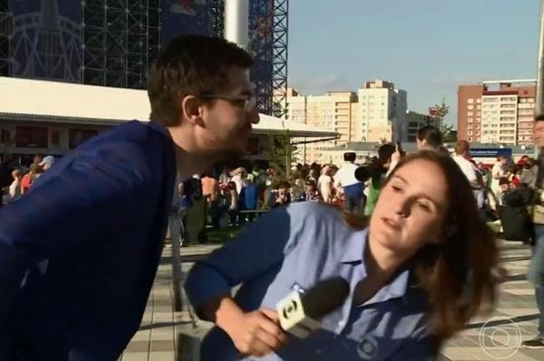 Torcedor russo tenta beijar repórter da Globo antes de entrada ao vivo