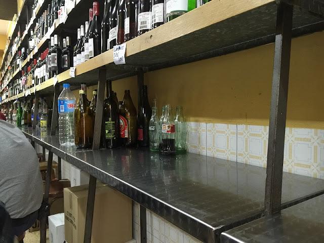 Botellas vacías en las estanterías