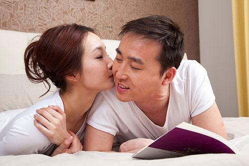 Con gái nên hôn con trai thế nào?