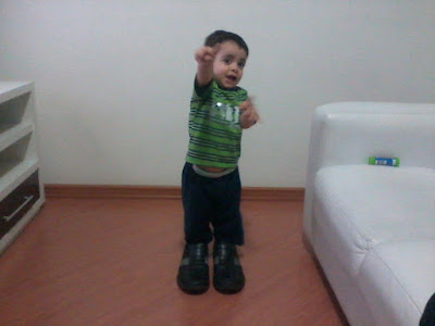 Criança com sapato do pai