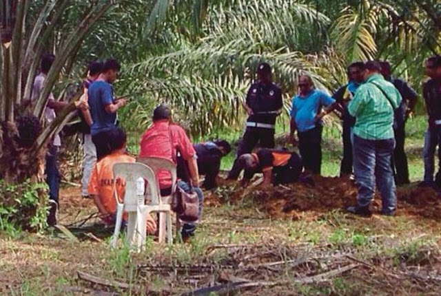Warga berkumpul di kebun sawit tempat penemuan mayat bayi