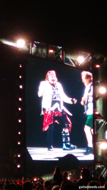 First Time Axl Rose standing dancing broken foot Angus Young Rock Or Bust World Tour Vienna 2016 AC/DC Paradise City outfit