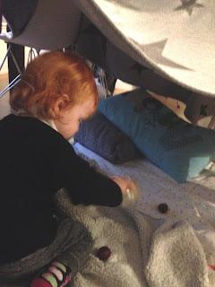 Das Kind und ich bauen uns eine Höhle und lesen ein Buch