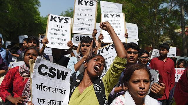 Una adolescente india intenta quemarse viva después de ser violada por un político