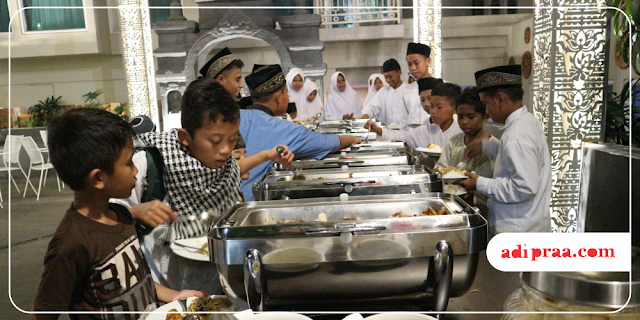 Anak-anak makan di Piazza Resto Hotel Grand Mercure Yogyakarta | adipraa.com