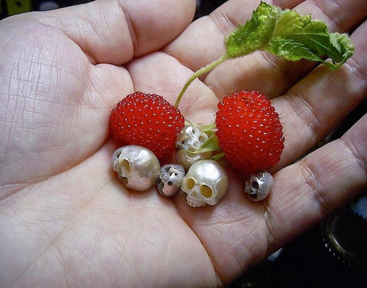 Diminutas perlas de ostras son tallados en usables esculturas de cráneo