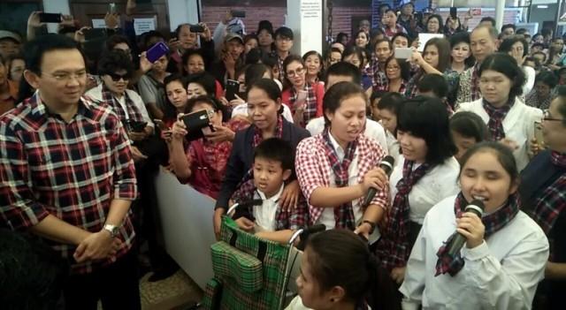 Ahok Tertegun Dinyanyikan Lagu 'Jangan Menyerah' oleh Anak-anak Difabel