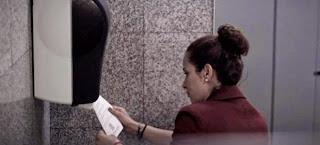 Οι ειδήσεις στον «χώρο» σας πάνω σε χαρτί τουαλέτας -Το τρικ εφημερίδας που αύξησε τις πωλήσεις της [βίντεο]
