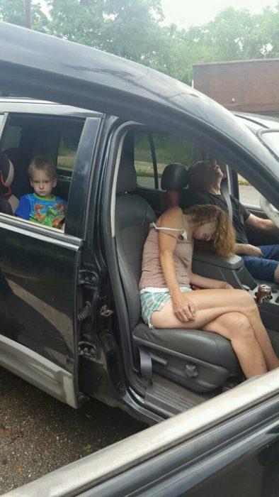 Fotos increíbles muestran adultos inconscientes en carro por sobredosis con un bebé en el asiento trasero