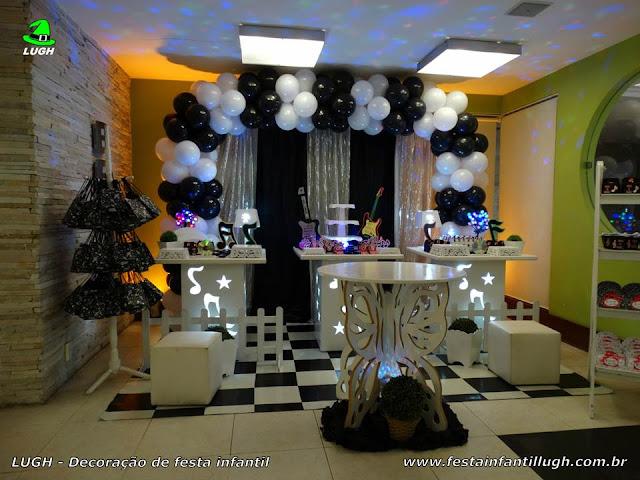 Decoração provençal simples com mesas de notas musicais - Festa Discoteca