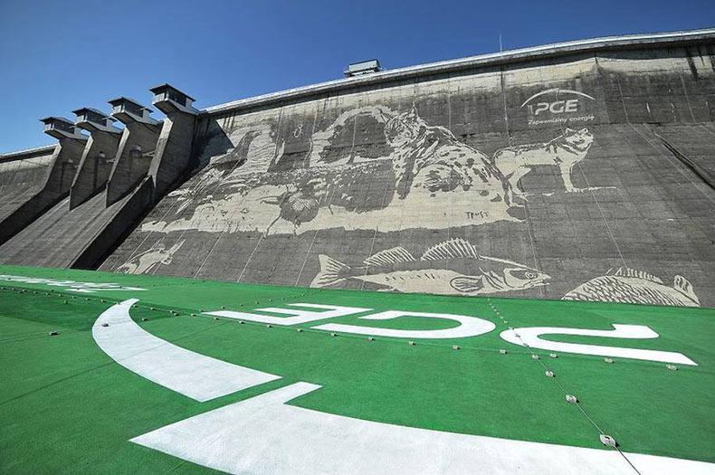Gigantes eco murales sobre una presa en Polonia