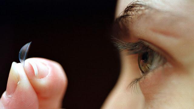 Proliferación de bacterias en el ojo de una mujer que no se quitó los lentes de contacto antes de dormir