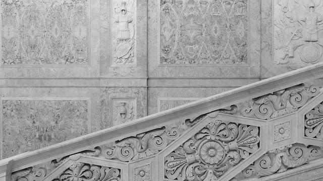 Napoli, le scale e i marmi del Palazzo Reale. Fotografia con la Fuji X-T2