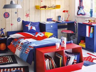 habitación para niño azul rojo