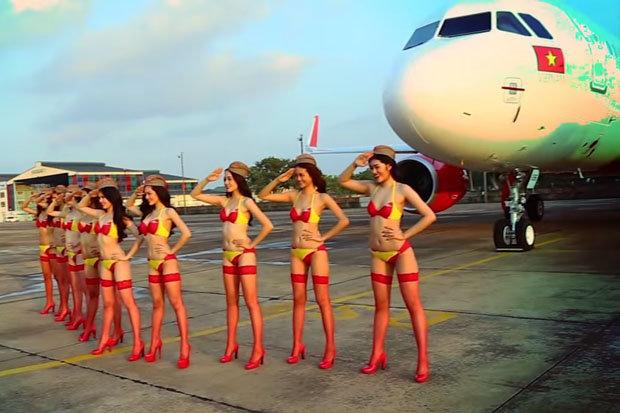 Pramugari Berbikini Siap Mengudara di Langit Jakarta, Benarkah?