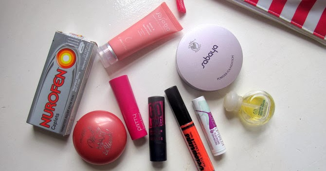 What's in my makeup bag: Office edition |Makeup and Macaroons