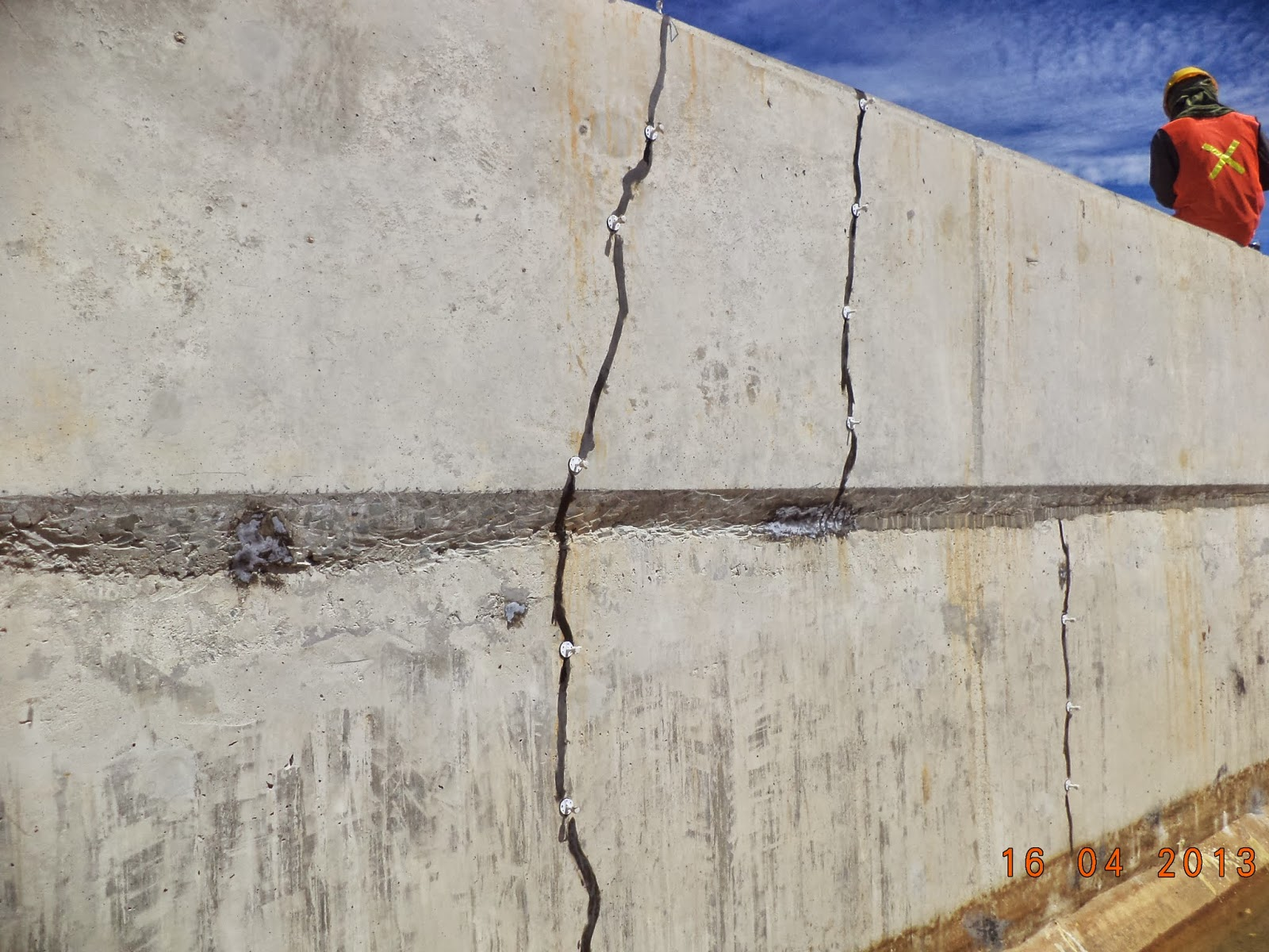 perbaikan beton retak pada dinding