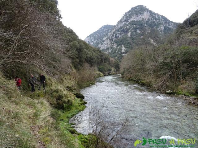 Ruta a la Pica de Peñamellera: Sendero sobre el río Cares