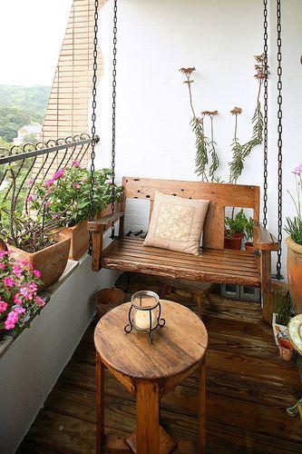 Balcón con muebles de madera