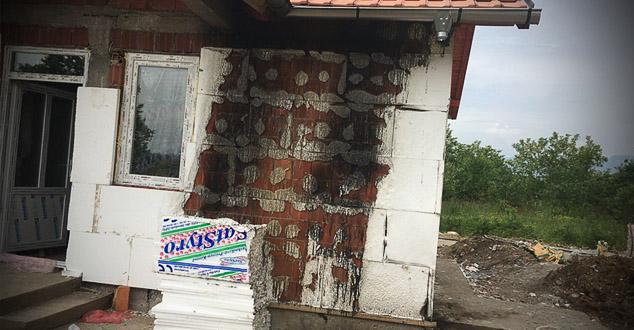 На кућу породице Радојевић из села Томанце код Истока бачена је запаљива направа од које је изгорео део фасаде породичне куће која је још увек у изградњи.