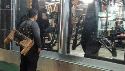 Anak kecil menatap pusat kebugaran atau gym