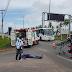 Motociclista ao solo ao lado do hospital Maria Alice Fernandes na BR-101 norte.
