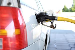 Gasolina sobe e atinge valor recorde de R$ 3,850 por litro.