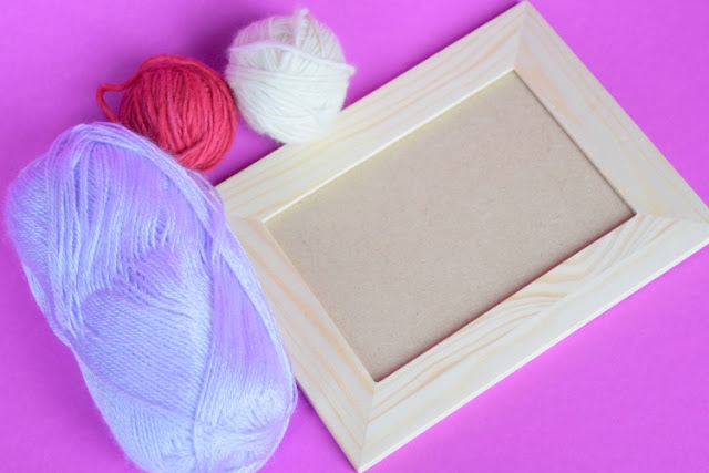 Kid made Mother's Day gift- yarn wrapped picture frames. Fun craft for preschool, kindergarten, or elementary children that makes a great gift for moms or grandmothers.