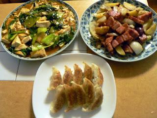 夕食の献立 ジャガイモとベーコンバター炒め 野菜マーボ豆腐 餃子
