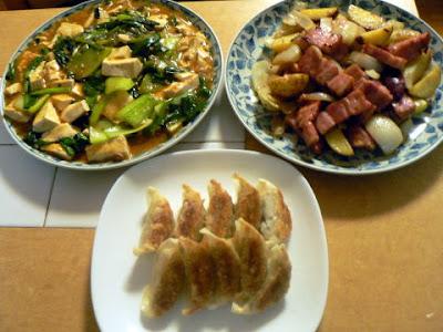 夕食の献立 献立レシピ 飽きない献立 ジャガイモとベーコンバター炒め 野菜マーボ豆腐 餃子